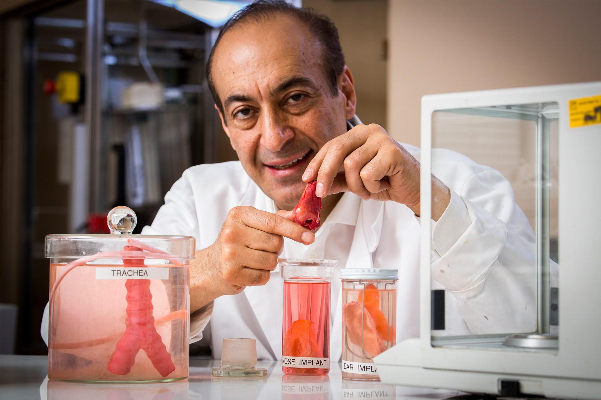 Профессор Алекс Сейфалиан демонстрирует органы, выращенные из стволовых клеток. (AP Photo/Matt Dunham)